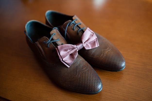 Scarpe marroni e cravatta