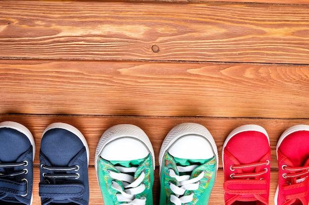 Scarpe per bambini su un pavimento di legno