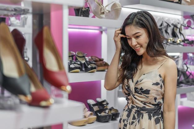 Scarpe shopping donna giovane in negozio