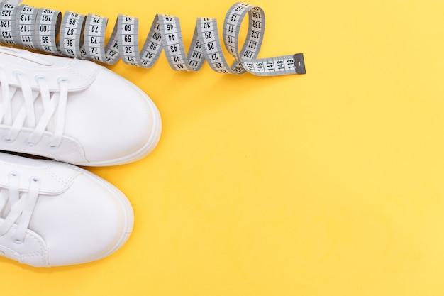 Scarpe sportive e attrezzature per la forma in forma. sport e concetto di stile di vita sano. scarpe da ginnastica con copyspace