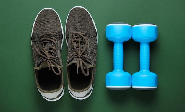 Scarpe sportive e manubri