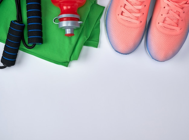 Scarpe sportive in tessuto e altri articoli per il fitness