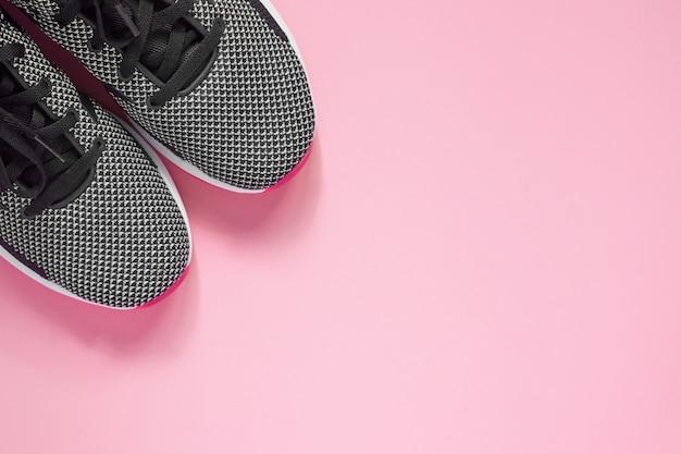 Scarpe sportive. sneakers femminili in bianco e nero per l'allenamento. concetto di stile di vita con spazio di copia. vista dall'alto