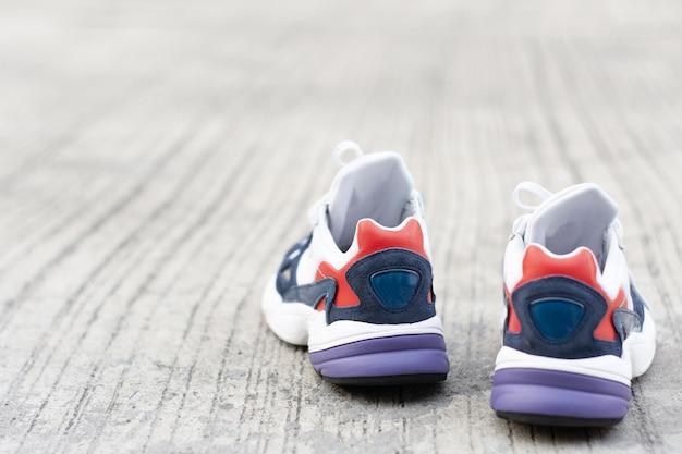 Scarpe sportive sul pavimento o strada metaphor fitness e allenamento concetto di esercizio salute stile di vita muscolare