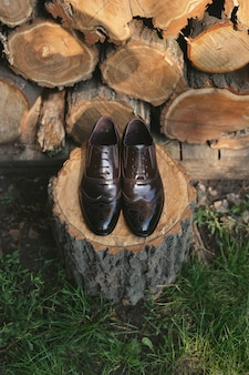 Scarpe su uno sfondo di legno. accessori da uomo. vista dall'alto