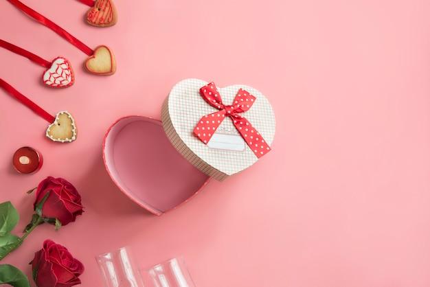 Scatola a forma di cuore nel fondo rosa