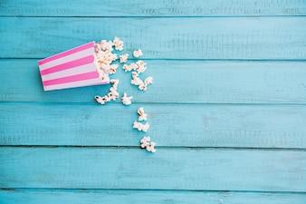 Scatola a strisce con popcorn rovesciato