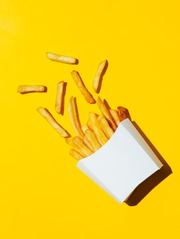 Scatola bianca rovesciata di patate fritte