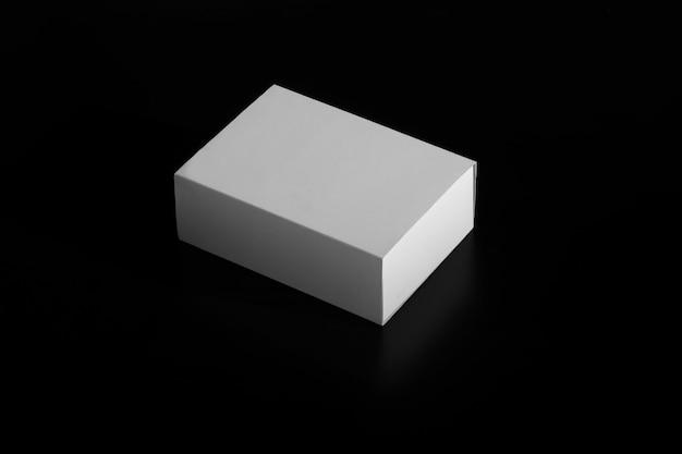 Scatola bianca. scatola in movimento. scatola di cartone bianca isolata sul nero