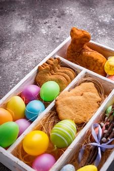 Scatola con biscotti e uova di pasqua