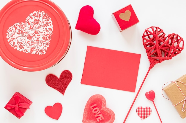 Scatola con carta e cuori per san valentino