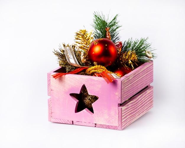 Scatola con decorazioni natalizie. decorazione domestica per il nuovo anno