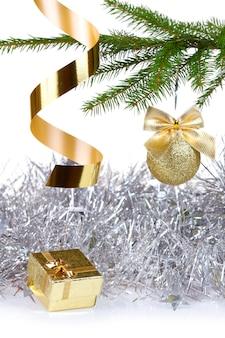 Scatola con regalo di natale e decorazioni