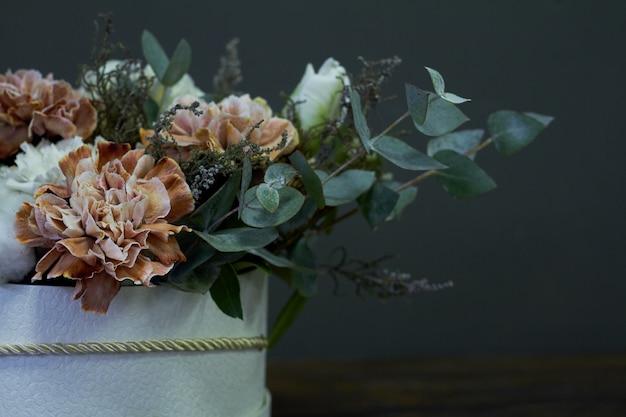 Scatola con un bouquet vintage