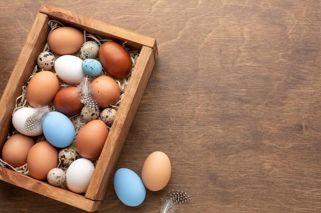 Scatola con uova per pasqua e copia spazio