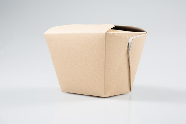 Scatola da asporto del ristorante cinese da asporto della scatola di carta isolata su fondo bianco