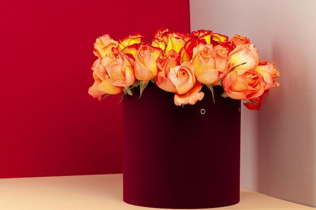 Scatola da cappello con bellissimo mazzo di rose