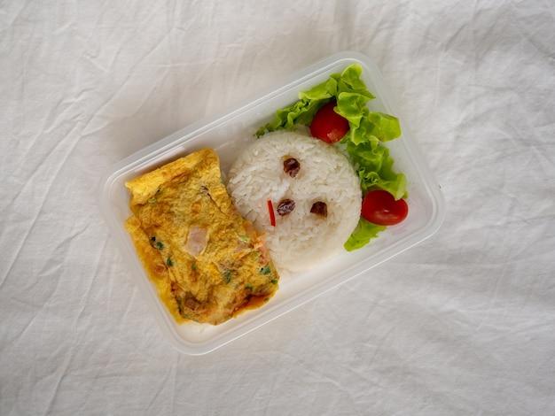 Scatola da pranzo decorata di riso con frittata asiatica.