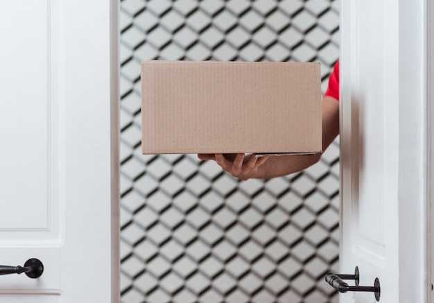 Scatola da primo piano per la consegna e l'arredamento minimalista
