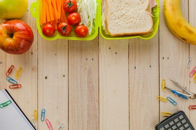 Scatola del pranzo e materiale scolastico