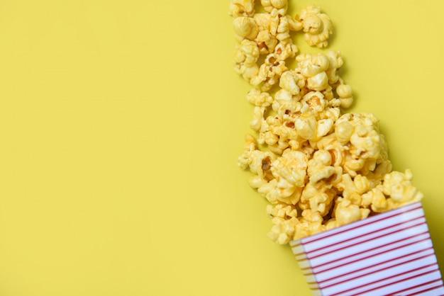 Scatola della tazza del popcorn sulla vista superiore gialla