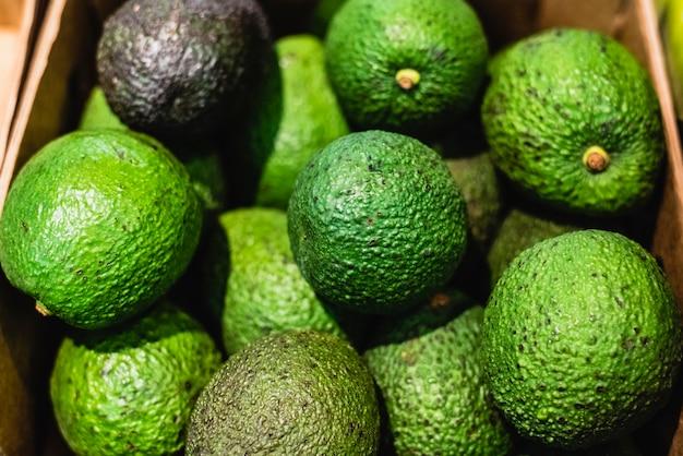 Scatola di avocado verdi in vendita in un supermercato.