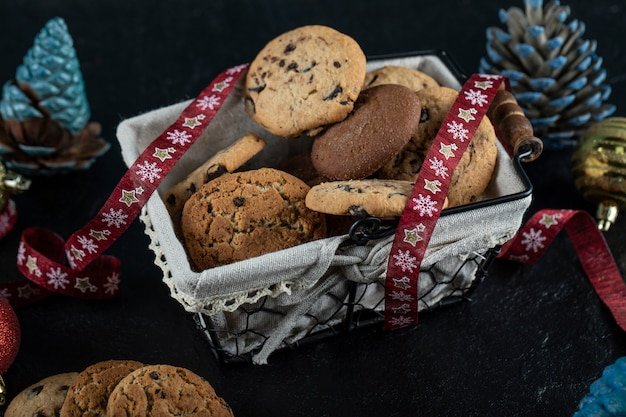 Scatola di biscotti di farina d'avena sul tavolo