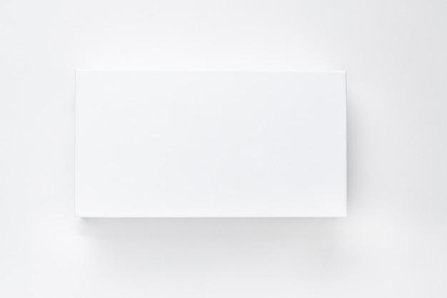 Scatola di carta bianca con ombra su un isolato di sfondo bianco.