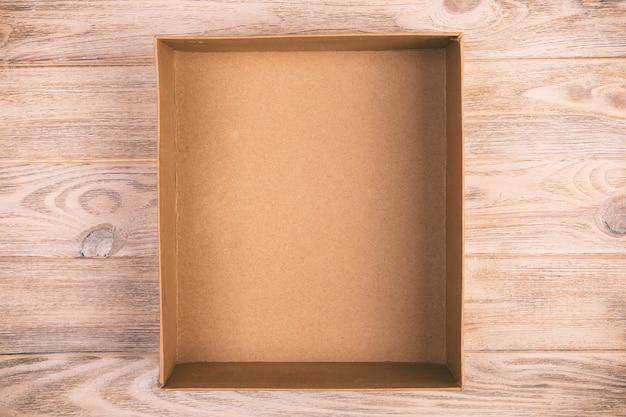 Scatola di cartone aperta su legno