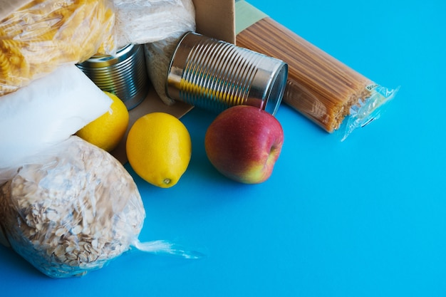 Scatola di cartone con prodotti essenziali