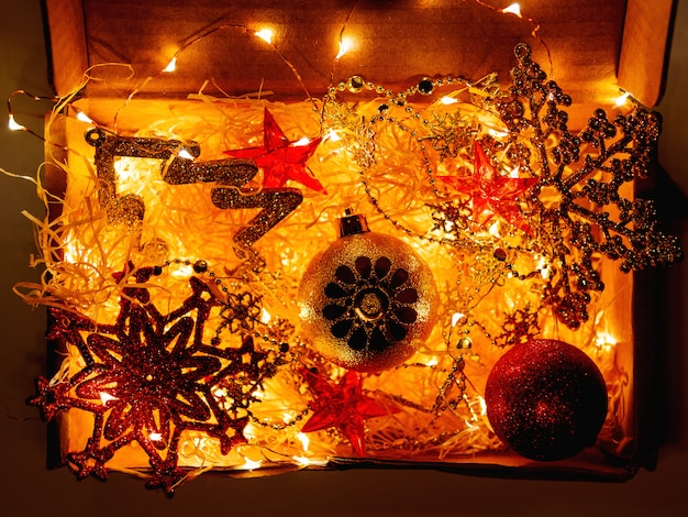 Scatola di cartone decorazioni natalizie e lampadine.