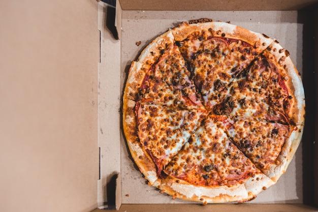 Scatola di cartone di pizza vista dall'alto