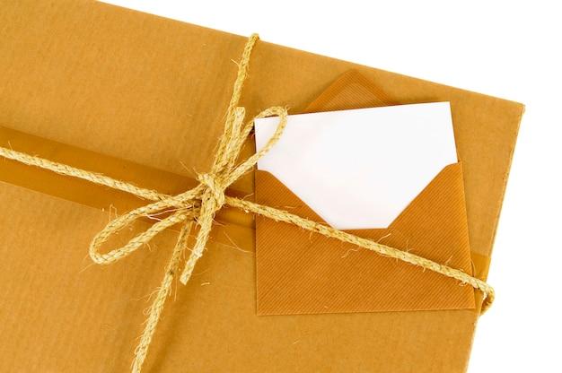 Scatola di cartone disordinata con corda e scheda messaggio vuoto