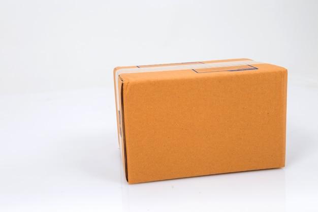 Scatola di cartone isolata on white