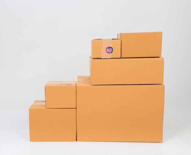Scatola di cartone isolata su bianco