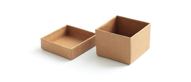 Scatola di cartone marrone che imballa modello in bianco dentro isolato su bianco.