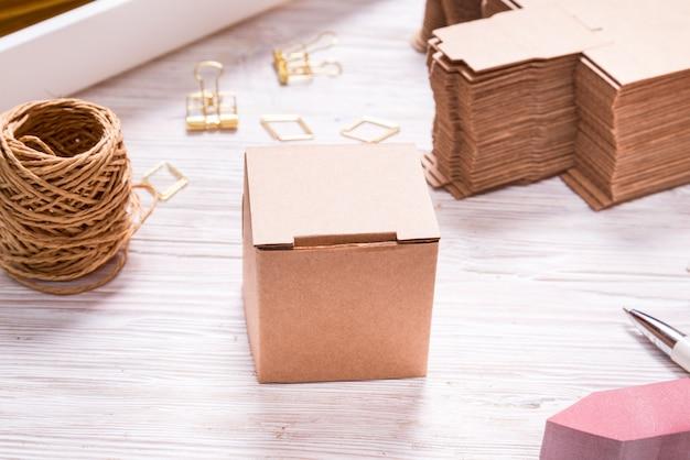 Scatola di cartone marrone sul tavolo di legno per bomboniere