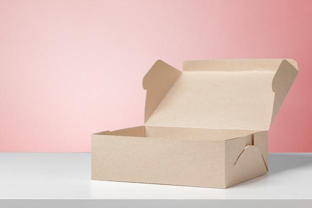 Scatola di cartone sulla scrivania bianca