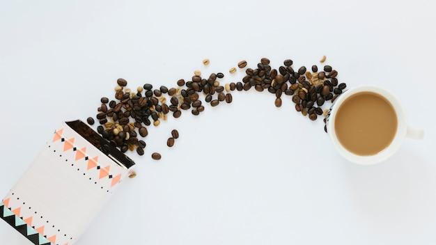 Scatola di chicchi di caffè con una tazza di caffè