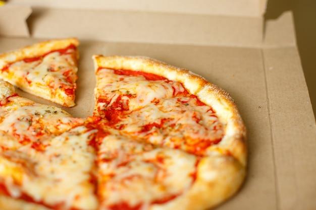 Scatola di consegna con deliziosa pizza