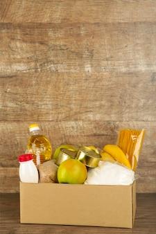 Scatola di donazione con cibo sullo sfondo di broun
