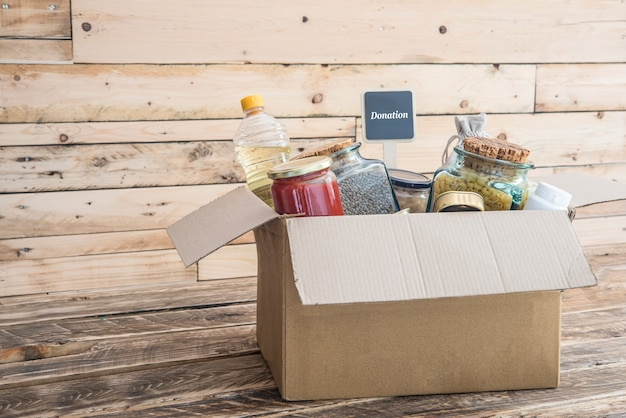 Scatola di donazione di cibo, vestiti e medicine per i viziati