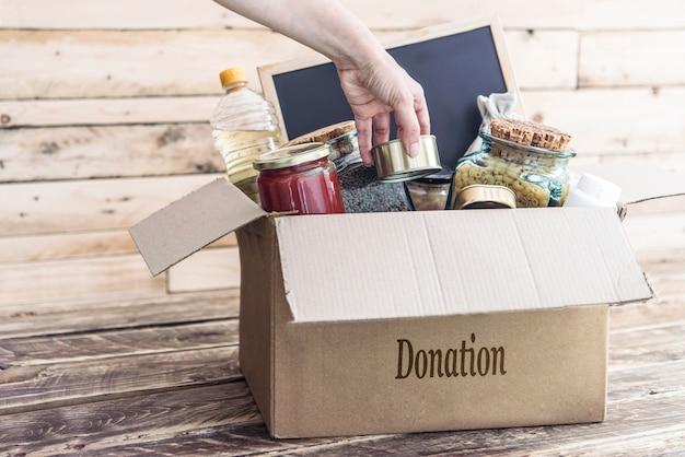 Scatola di donazione per vestiti e cibo per le vittime