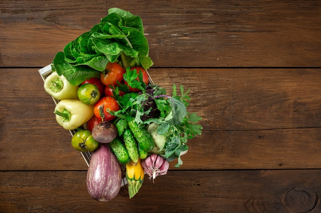 Scatola di legno con diverse verdure raccolta