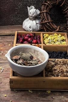 Scatola di legno con erbe medicina tradizionale dal kit di casa in stile rurale.