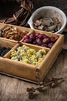 Scatola di legno con erbe medicina tradizionale dal kit di casa