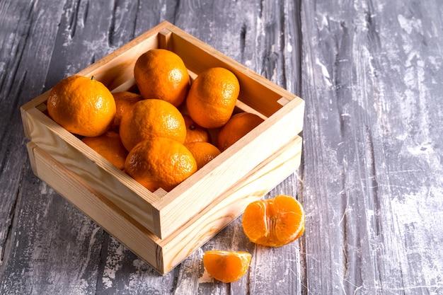 Scatola di legno con le arance fresche dal supermercato su gray. vista dall'alto