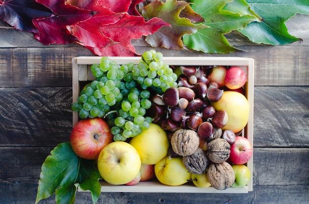 Scatola di legno con molti frutti diversi