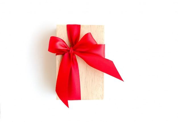 Scatola di legno con nastro rosso su sfondo bianco con tracciato di ritaglio incluso
