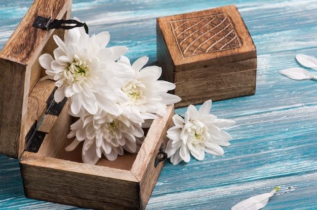 Scatola di legno rustica e mazzo di fiori